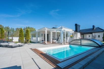 stor stensatt terrass med plats för solsängar