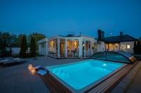 Stämningsfullt belyst uterum och pool
