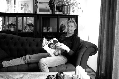 """Jörgen Persson bläddrar i sin biografi med det egna porträttet på framsidan """"Den snälla Världsmästaren"""" av Jens Fellke och Helena Egerlind."""